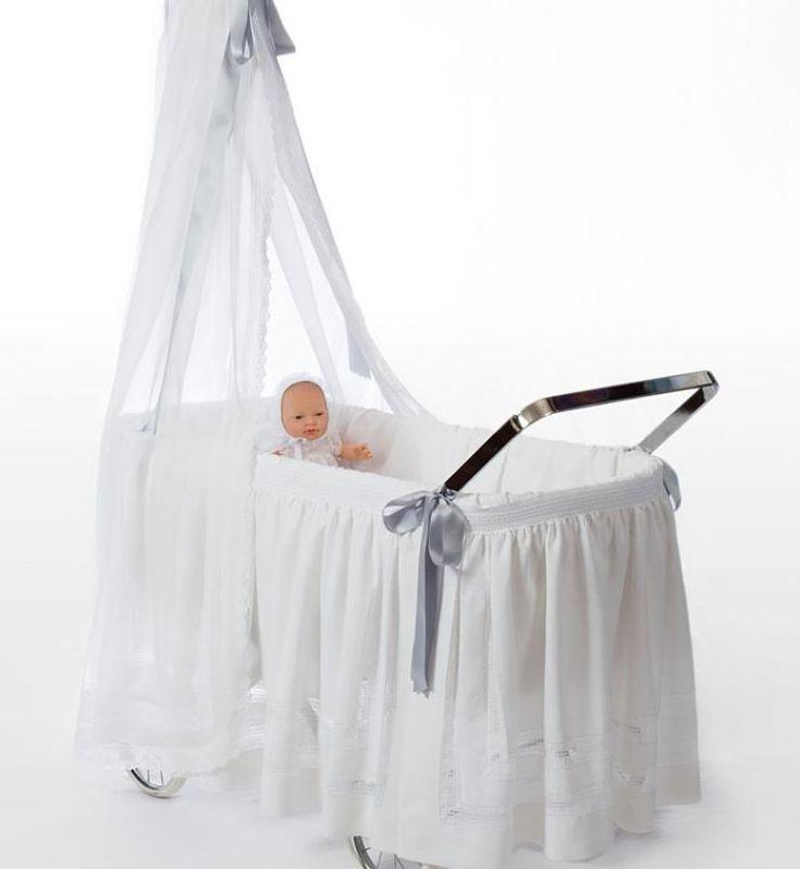 Cuna gurdi. #irulea #donostia #sansebastian #princesscharlotte #newroyalbaby #bayfashion #modainfantil #lenceria #ropaniños #princesacarlota #Ropadebebe #HechoaMano #LenceriaMujer #VestidosdeComunion #Bebé #PrimeraComunion #RopaParaelHogar #ComercioDonostia #TextilHogar #cunas #Berceaux #cribs