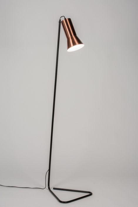 Artikel 10369 Subliem ontworpen vloerlamp. Deze vloerlamp valt op door het simpele ontwerp. Een uit één stuk ontworpen, triangel voet in zwarte kleur wordt gecombineerd met een simpel vormgegeven kap in een warme, roodkoperen kleur. De binnenzijde van de kap is wit zodat het licht optimaal gereflecteerd wordt. http://www.rietveldlicht.nl/artikel/vloerlamp-10369-modern-retro-metaal-rond