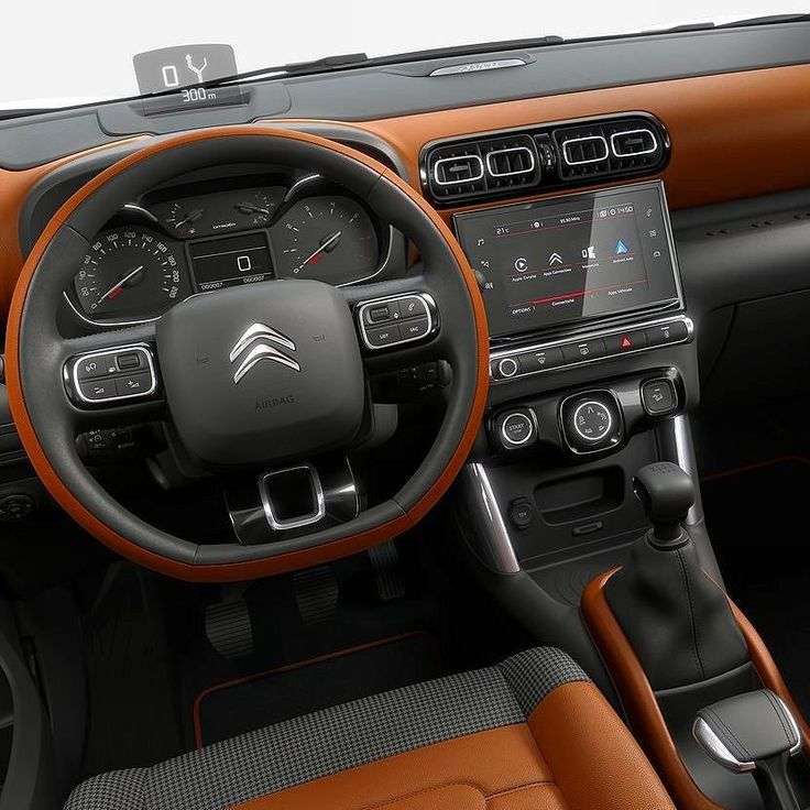 """Citroen C3 Aircross (2018) Olha o painel do novo C3 Aircross revelado na Europa que deixou de ser uma """"minivan aventureira"""" para transformar-se num SUV compacto. O modelo agora mede 415m (15 a menos que o atual) mas cresceu na distância entre-eixos que passou de 254 para 260 metros garantindo maior espaço interno.  O visual lembra os últimos modelos da Citroën como os faróis divididos em dois setores superior e inferior. Além disso o C3 Aircross pode ser personalizado com oito cores para…"""