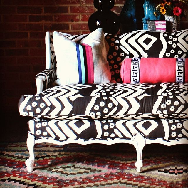 .: Idea, Living Rooms, Couch, Black And White, Black White, Pink Pillows, Chinoiserie Chic, Tribal Prints, Textiles Patterns