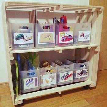 """""""収納"""" するだけでなくて""""すっきりキレイに収納"""" したい時にはすのこ棚に入れる「収納BOX」も同じ種類で統一すると見た目も美しく見せられます♪  写真を貼って収納するおもちゃを種類ごとに分けると子どもも迷わず分かりやすく片付けが出来ますね。"""
