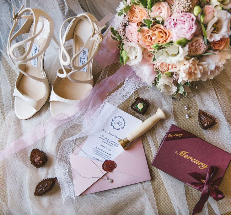 Пригласительные в нежных тонах. Нестандартный конверт, сургучная печать с инициалами. Пригласительные, приглашения, приглашение, свадьба, свадебные,  полиграфия, свадебная, оформление, праздник, торжество, конверты, карточки, тиснение, золото, шелковые, ленты, wedding, invitations, билет, самолет, сургуч, контурная, резка, дизайн, Свадебные идеи 2017, популярные цвета