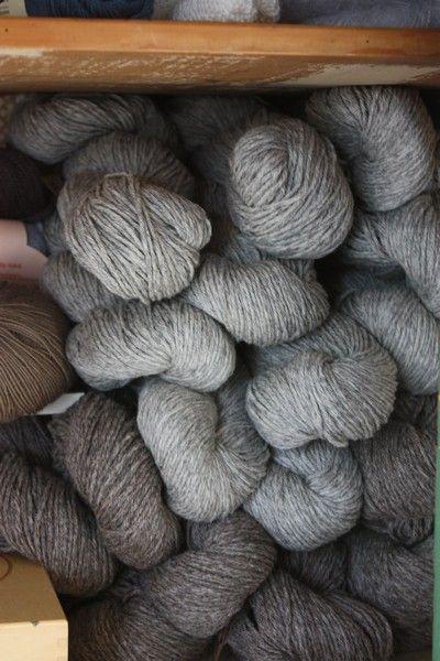 textiele grondstoffen:natuurlijke vezels: wol, katoen en vlas Kunstvezels: nylon, rayon, acetaat