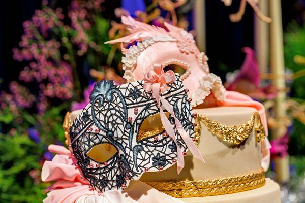 Festa de 15 anos tem como tema um baile de máscaras em Veneza. A decoração traz elementos da cidade italiana e muitas projeções