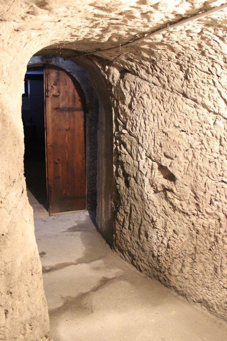 La nostra grotta nel tufo: buio, temperatura e umidità costante, è il luogo ideale per la conservazione del vino.