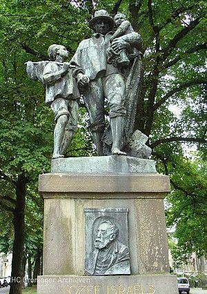 Monument voor Jozef Israëls op het Hereplein in Groningen, naar zijn schilderij 'Langs moeders graf' - Foto: Gouwenaar via Wikimedia Commons