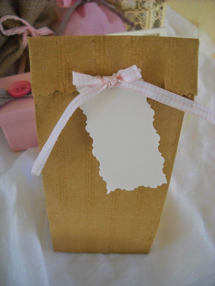 για παιδική μπομπονιέρα προτείνουμε κραφτ σακουλάκια με vintage καρτελάκι που θα έχει ένα γλυκό μήνυμα για τους μικρούς καλεσμένους
