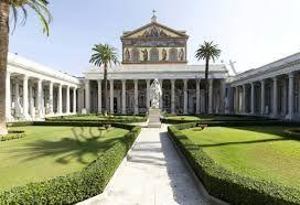 Basilica di San Paolo fuori le mura, Roma, sorge nel luogo in cui fu sepolto san Paolo. La prima costruzione avvenne nel IV secolo, e infatti presenta un'architettura paleocristiana, ma venne ricostruita nel XIX secolo e terminata nel XX.
