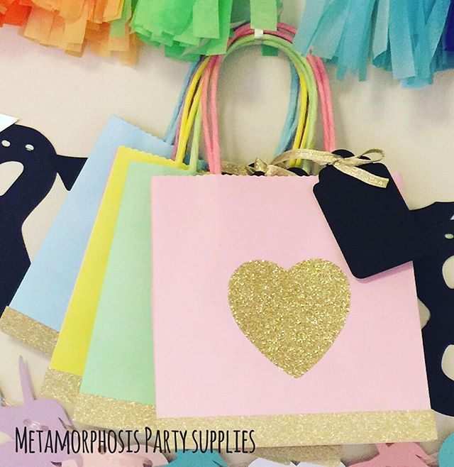It's a #pretty #pastels and #gold #glitter #hearts kinda morning ✨ . . . #party #uniquepartygifts #girlsparty #glitterparty #pastelparty #sprinklesparty #giftbag #partybag #partyfavour #smallbusiness #supportsmall #shopsmall #partydecor