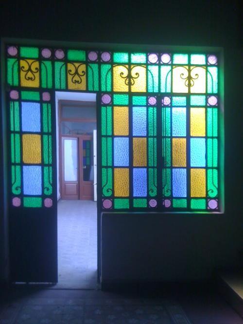 Las 25 mejores ideas sobre vidrios de ventanas antiguas en for Casas modernas con puertas antiguas