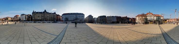 360deg;-Panoramaaufnahme auf dem Marienplatz im Stuttgarter Suuml;den. Mitten auf dem Marienplatz ist der Talbahnhof der Zahnradbahn Stuttgart, die Stuttgart mit dem auf der Houml;he gelegenen Stadtteil Degeloch verbindet. Die Haltestelle der Stadtbahn befindet sich unterhalb des Platzes.