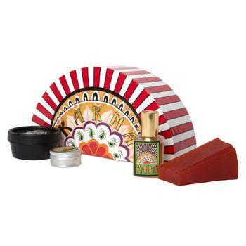 Mark Constantine, l'homme derrière la création des parfums LUSH, a voulu faire un hommage aux hippies, aux bazars et à la musique des années 70. Le résultat? Une combinaison d'huiles de patchouli, de citronnelle et d'orange douce qui créent un parfum à la fois réconfortant et séduisant. Cette boîte cadeau contient un parfum liquide, une version solide, ainsi qu'un savon et une crème corporelle pour semer le karma partout où vous irez. Groovy, baby!