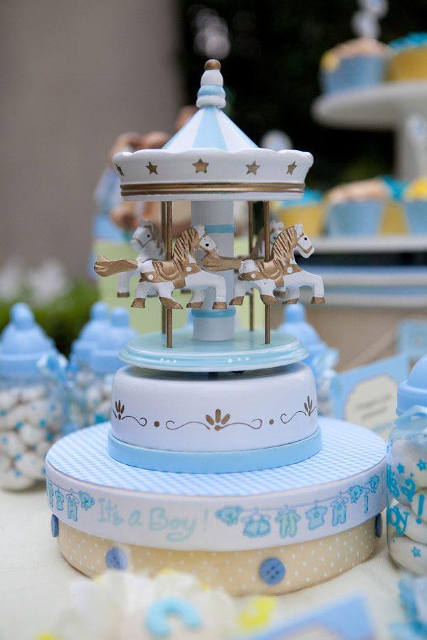 O desejo da mamãe do Gustavo, a Patrícia, era fazer um chá de bebê simples e charmoso no jardim de casa. O tema escolhido foi cavalinho de pau! Os tecidos,