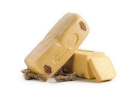 """CACIOCAVALLO RAGUSANO DOP - Il Ragusano DOP è uno dei formaggi più antichi prodotti in Sicilia. Si trovano testimonianze della presenza del Ragusano nella storia siciliana a partire già dal 1500: il fiorente commercio di questo prodotto fu oggetto di una riduzione dei dazi nel 1515, come si legge nell'opera """"Ferdinando il Cattolico e Carlo V"""" di Carmelo Trasselli. La sua produzione è limitata alle stagioni in cui i pascoli dell'altopiano Ibleo sono particolarmente rigogliosi. La stagionatura…"""