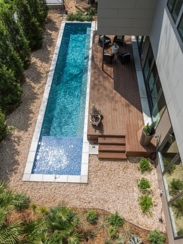 Nice solution for mom's pool beteen shallow and deep and the we just build a wooden bridge over??? -Tuin ideeën | Zwembad voor kleine tuin Door Riawensink