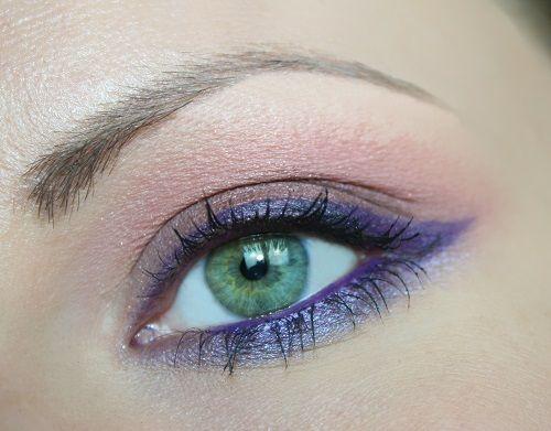 Hai una matita viola e vuoi utilizzarla per ricreare un bel make up occhi? Segui passo passo questo articolo con il tutorial del trucco con la matita viola!