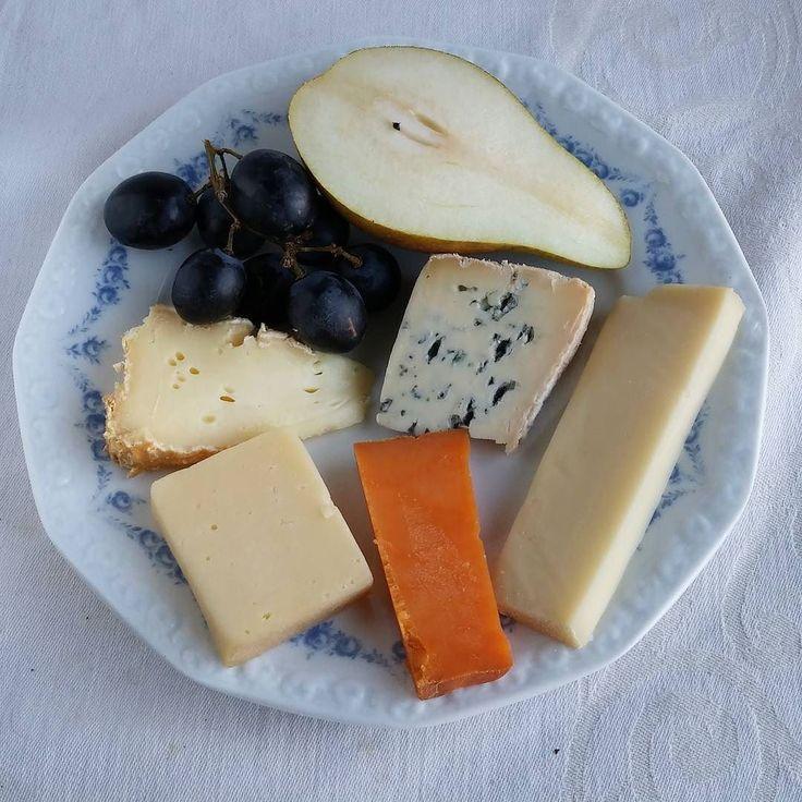 Juustovalikoima herkkusuulle. #juusto #itsetehty #instafood #food #foodie #foodblogger #foodporn #foodshare #instagood #foodlover #ruokablogi #ruoka#kotiruoka #herkkusuu #lautasella #Herkkusuunlautasella