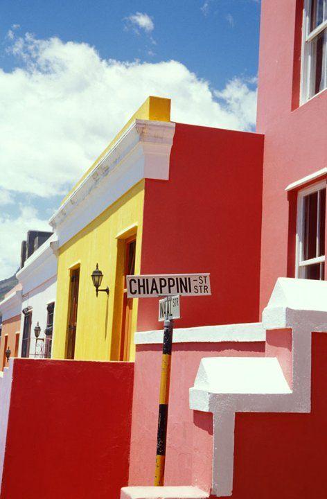 @PinFantasy - Boo-Kap (Sudáfrica) - El barrio musulmán de Ciudad del Cabo parece un arcoiris. Imposible no quedarse colgado mirando los juegos de color. Los tonos lima, fucsia y aguamarina dominan este impresionante caleidoscopio. El origen del barrio son los esclavos asiáticos arrastrados por los holandeses en el siglo XVII. Los colores celebran el fin del Apartheid.