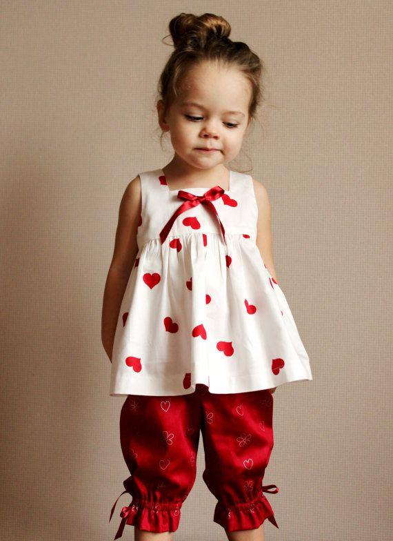 Conjunto de batita beige con corazones y pantalón rojo