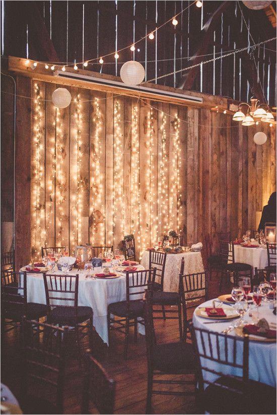 Belle idée de lumières en arrière plan de la table d'honneur! Et chaises acajou, mais avec coussins crèmes >3