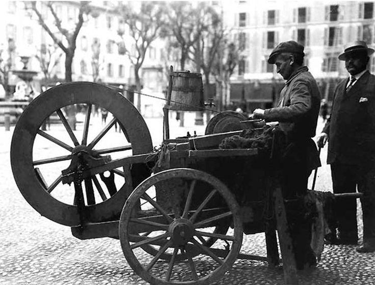 El moletta (o el moleta) era l'antico mestiere dell'arrotino che girava per la città e i paesi con il suo carretto di legno con una mola a pedale per limare coltelli, forbici e attrezzi da lavoro per la campagna.   #TuscanyAgriturismoGiratola