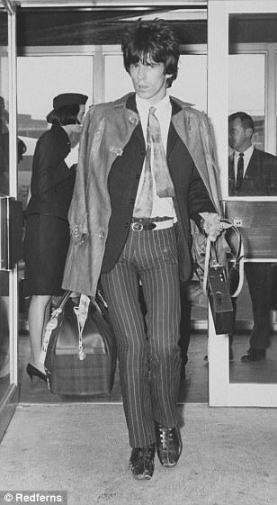 Celebrities glamorous airport style in the 1970s | Daily Mail Online