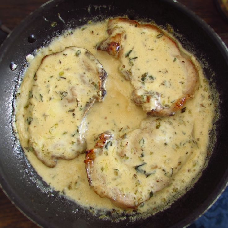 Chops with béchamel sauce | Food From Portugal. Want to prepare a quick, easy and quite tasty meal? Try this recipe of chops with béchamel sauce, has excellent presentation and it's ideal for a dinner among friends...   http://www.foodfromportugal.com/recipe/chops-bechamel-sauce/