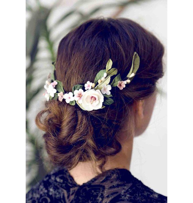 Este es uno de esos tocados de flores que alegran la vista, con sus hojas verdes y sus flores con color.  #LosTocadosdeLaureana #tocados #tocadosdenovia #tocadossevilla #novias #flores #inspiración #inspiraciónnovias #bodas #hechoamano #porcelanafría #Sevilla #floral #diseño #moda #modanovias #headpiece #weddinginspiration #inspiration #wedding #weddingoutfit #flowers #handmade #bride #bridal #outfit #fashion #hairstyle #love