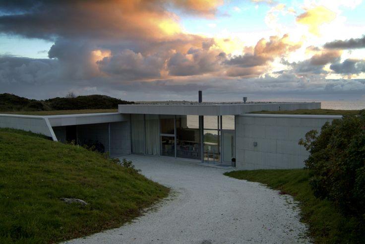 Villa by the Ocean / JVA jaeren6715 – ArchDaily Interdit de construire sur un terrain au bord de la mer si il n'y avait pas de maison avant.  Matériaux en accord avec l'environnement. Ici ils ont cherchés les solutions les moins chères