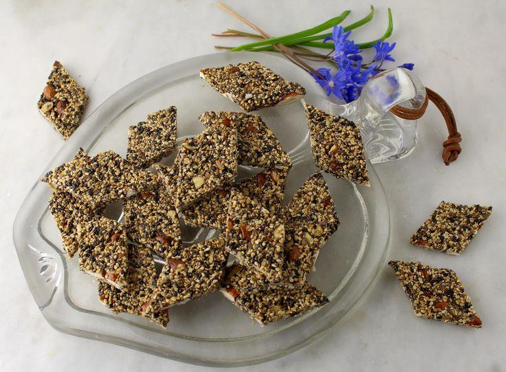 Sesamsnack med chiafrø, mandler og lakridspulver