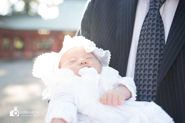 パパに抱かれる赤ちゃん