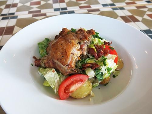 Ceasarsallad med grillad kyckling, klyftpotatis, knaperstekt bacon och parmesan.
