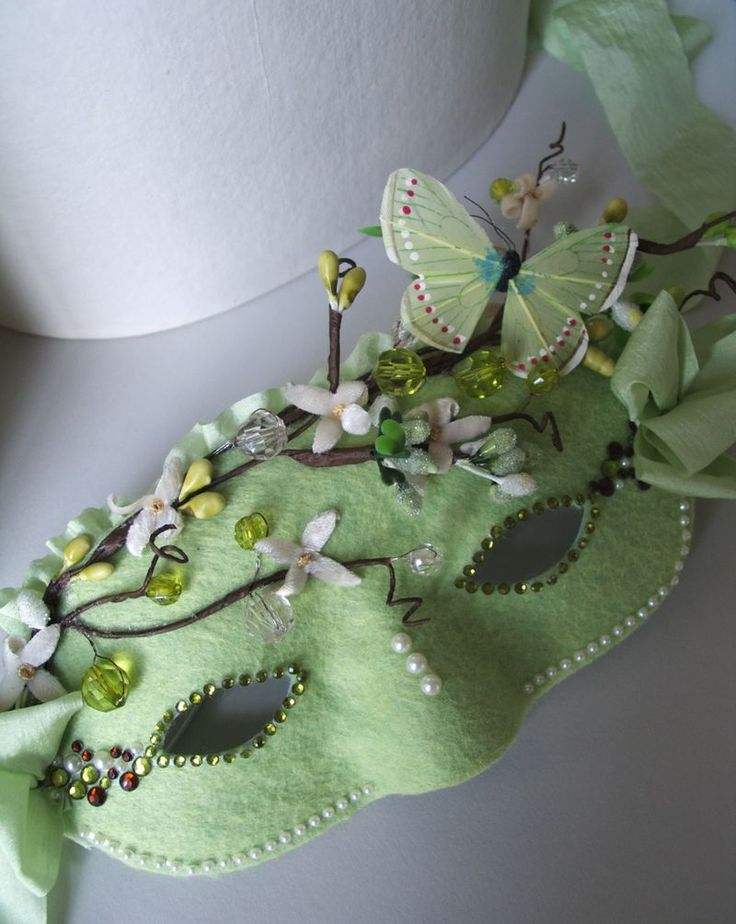 Minty green hide-behind mask - Now I want to try to make something like this!