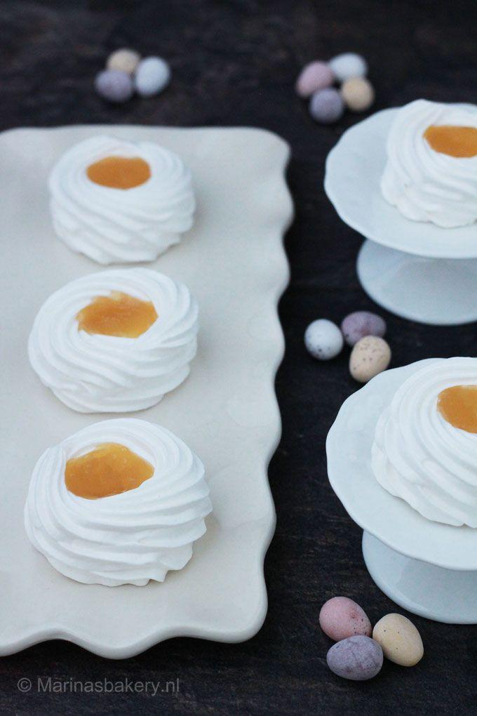meringue nestjes gevuld met lemon curd