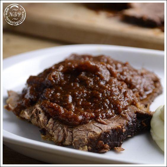 Stracotto alla fiorentina, antica ricetta toscana preparata con carne di manzo e verdure. Lo stracotto alla fiorentina ha una lunga cottura con verdure.
