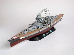 """Model niemieckiego pancernika Bismarck, typu Bismarck. Prezentowany model w malowaniu z dnia 21 maja 1941 roku. Długość modelu 36 cm. Model plastikowy z elementami fototrawionymi, ręcznie złożony i ręcznie pomalowany w skali 1:700.    """"Bismarck (version 2)"""" (081945) - this is model of German Battleship Bismarck, the type of Bismarck. This model in the painting dated 21 May 1941. Lenght 36 cm (centimetres). Plastic models with metal elements, hand-glued and hand-painted in 1:700 scale models."""