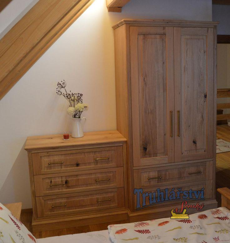 Sestava komoda a šatní skříň, dubové dřevo, drásané, nastřik transparentním supermatným lakem.