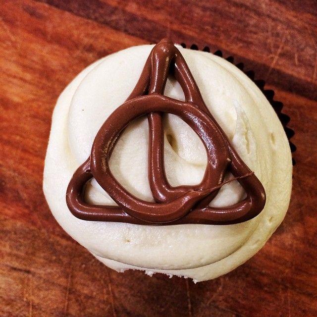 Μεταμορφώσαμε τους κλήρους του θανάτου σε cupcake τριπλής σοκολάτας και δέσαμε την κρεμα του με πραλινα βουτυρου! For the Greater Good!