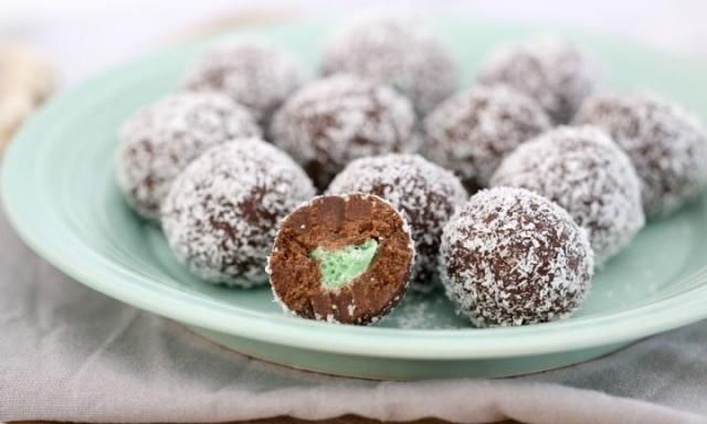 Be delighted by the surprise minty centre of these deliciously simple and no-bake chocolate balls. This is a great recipe for class Christmas parties, neighbourhood get-togethers and more!