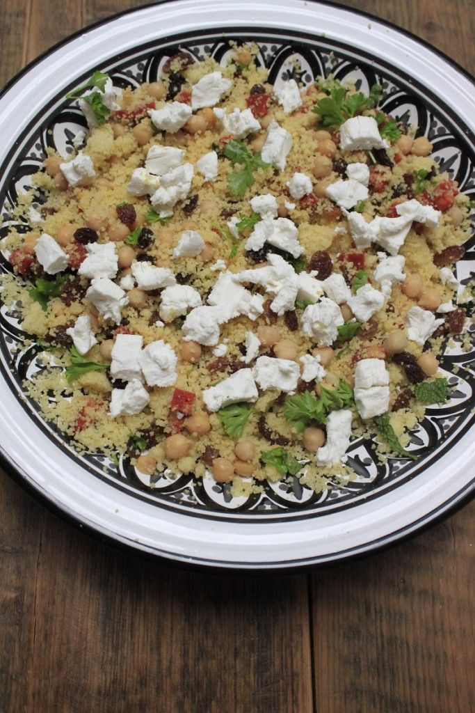 Met #couscous kun je heel veel! Ook deze #lentesalade maken met couscous, #chorizo, #geitenkaas en #kikkererwten. Heel lekker voor de #lunch, #diner als #hoofdgerecht en als #bijgerecht. Het #recept staat nu sowieso op #foodblog #foodinista.