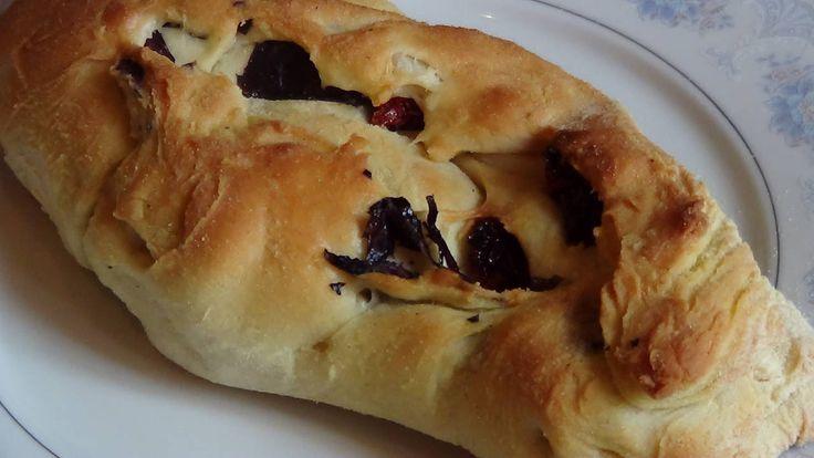 Хлеб с вялеными томатами, чесноком и базиликом.