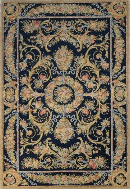 Exceptionnel et très important Tapis de Style Savonnerie, 20ème siècle Fond noir à riche décor floral de gerbes et cordons floraux à tonalité pastel 550x365cm - Massol - 12/07/2016