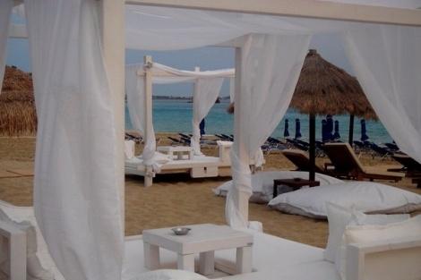 Καθώς πλησιάζουμε στην καρδιά του Αυγούστου, όπου η πλειοψηφία των Ελλήνων βρίσκεται σε περίοδο διακοπών, το κέφι στα Beach Βars των ελληνικών νησιών κορυφώνεται. Το mybest.gr κατέγραψε τα δέκα καλύτερα Beach Bars όλων των ελληνικών νησιών, με πανέμορφο φυσικό σκηνικό, αλλά και parties, για τρελλό ξεφάντωμα και χορό μέχρι τελικής πτώσεως!!!  Εάν, λοιπόν,  ανήκετετε στους λάτρεις της έντονης διασκέδασης, μην παραλείψετε να επισκεφθείτε ένα από τα παρακάτω Beach Bars.