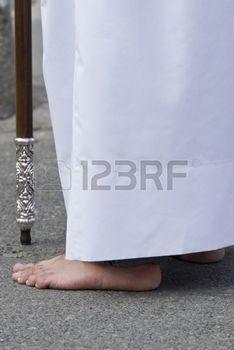 nazarenas: Pascua Nazareno con una túnica blanca en una procesión típica española.