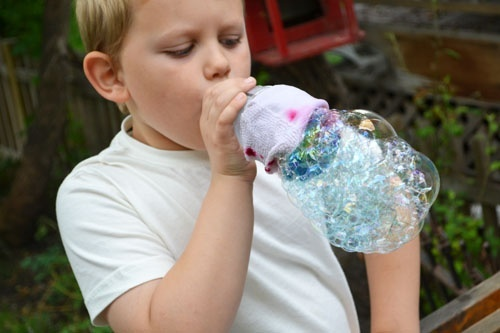 Bubble snakes FUN and EASY summer craft for kids. Think I about adding some outdoor fun this Sunday!