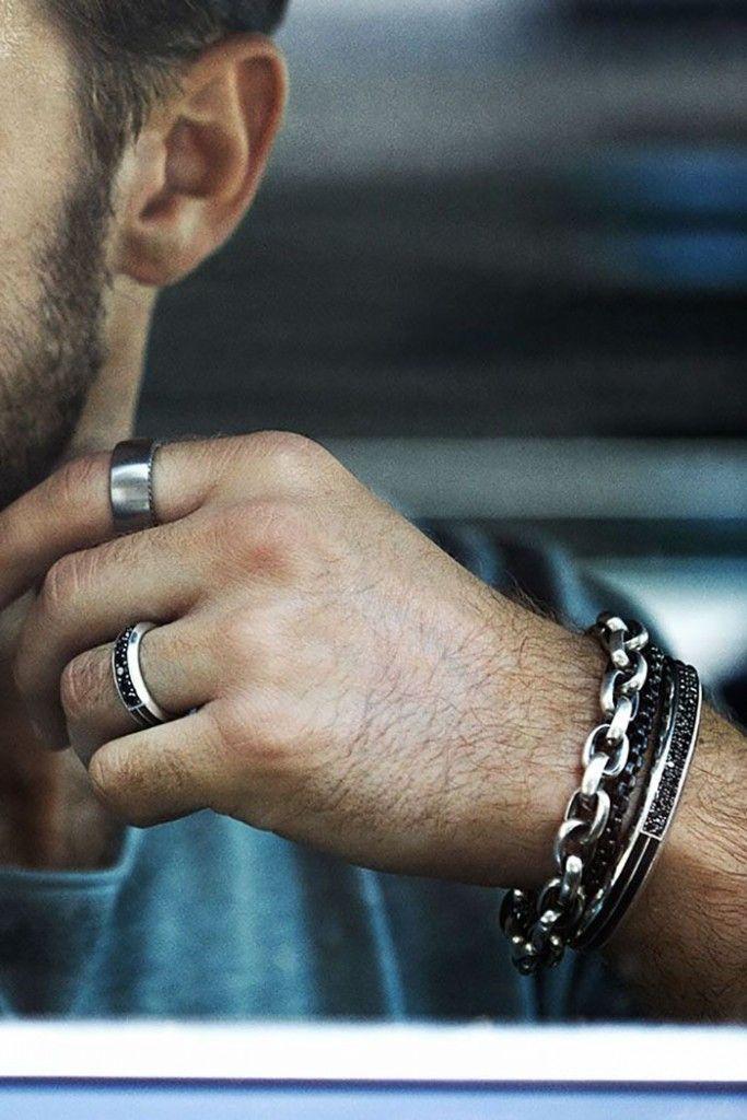 Em um visual básico e sem graça, os anéis masculinos podem fazer a diferença.