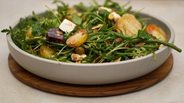 Eén - Dagelijkse kost - lauwe salade met aardappel, rode biet,  feta en amandelnoot
