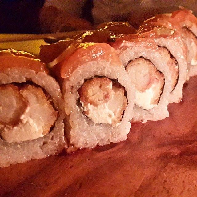Cenita de domingo ❤ Amo el sushi es una de mis comidas favoritas. Eso si, es pecaminosa, por ser alta en carbohidratos simples y algunas piezas vienen rebozadas, con salsas, queso, etc. Que tenga pescadito no la hace baja en calorias. Y mas este en particular que viene con camaron rebozado (frito), queso philadephia y salsa teriyaki  Pero es exquisito y en la vida hay que darse gustos, eso si, sabiendolos medir, mas tratandose de comida. Si tenemos toda la vida para comer cosas ricas, porque…