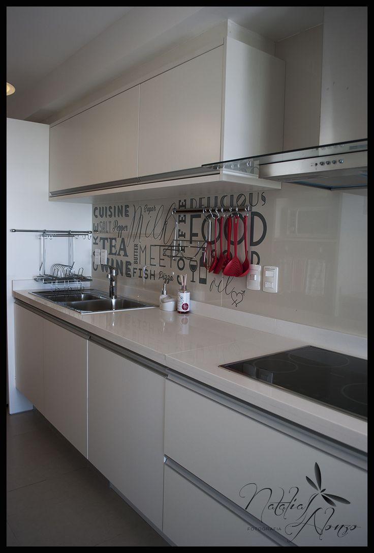 La pared opuesta al desayunador de la cocina. El ploteo personalizado se complementa a la perfeccion con el estilo y la paleta de colores. Diseño by Lucia Casanova