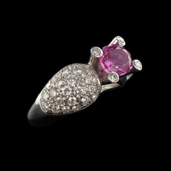 Baque Saphir rose et diamants.  Le saphir est très connu pour ces nuances de bleus mais beaucoup moins pour toutes les teintes qu'il peut prendre ce saphir rose est particulièrement original et est merveilleusement mis en valeur par le pavage de diamants.  http://www.bijouxbaume.com/bague-saphir-rose-et-diamants.htm